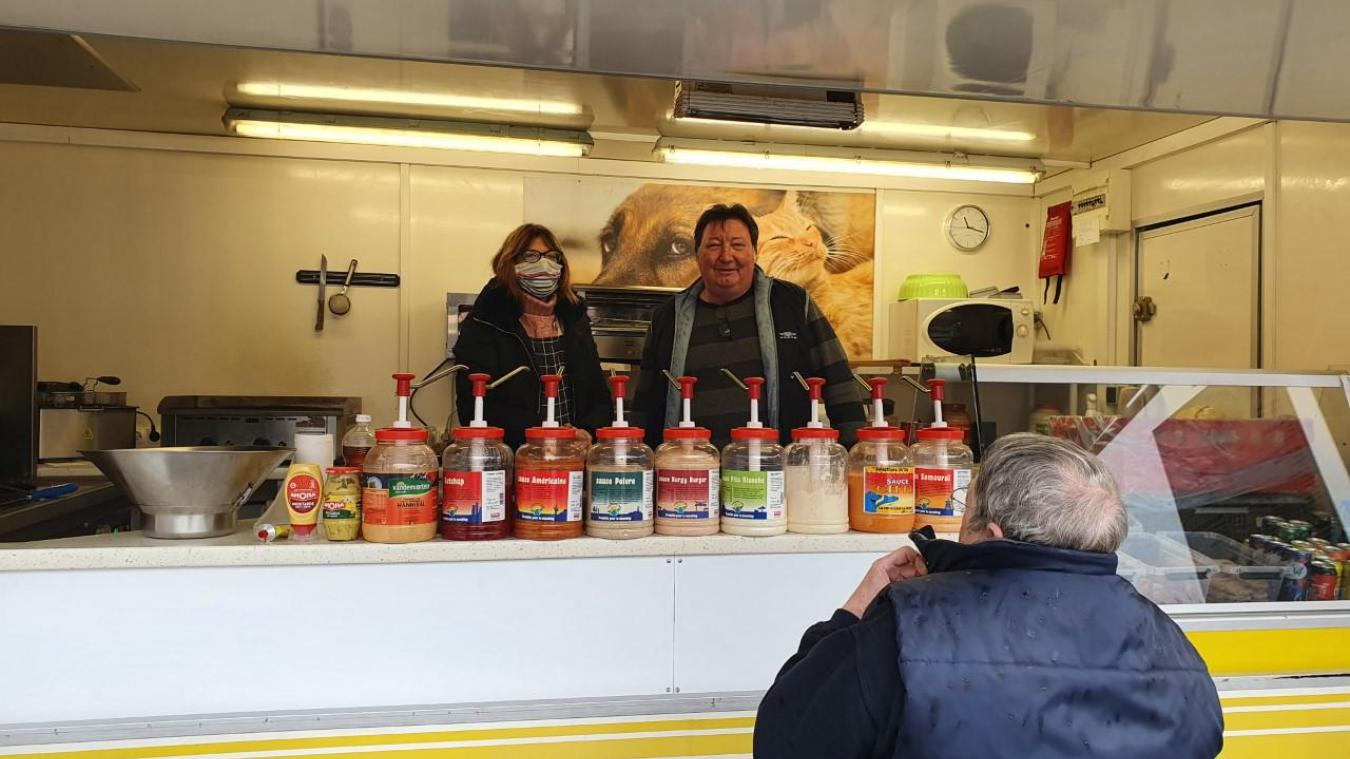 Philippe Dumont accueille les clients dans sa friterie Chez Fifi.