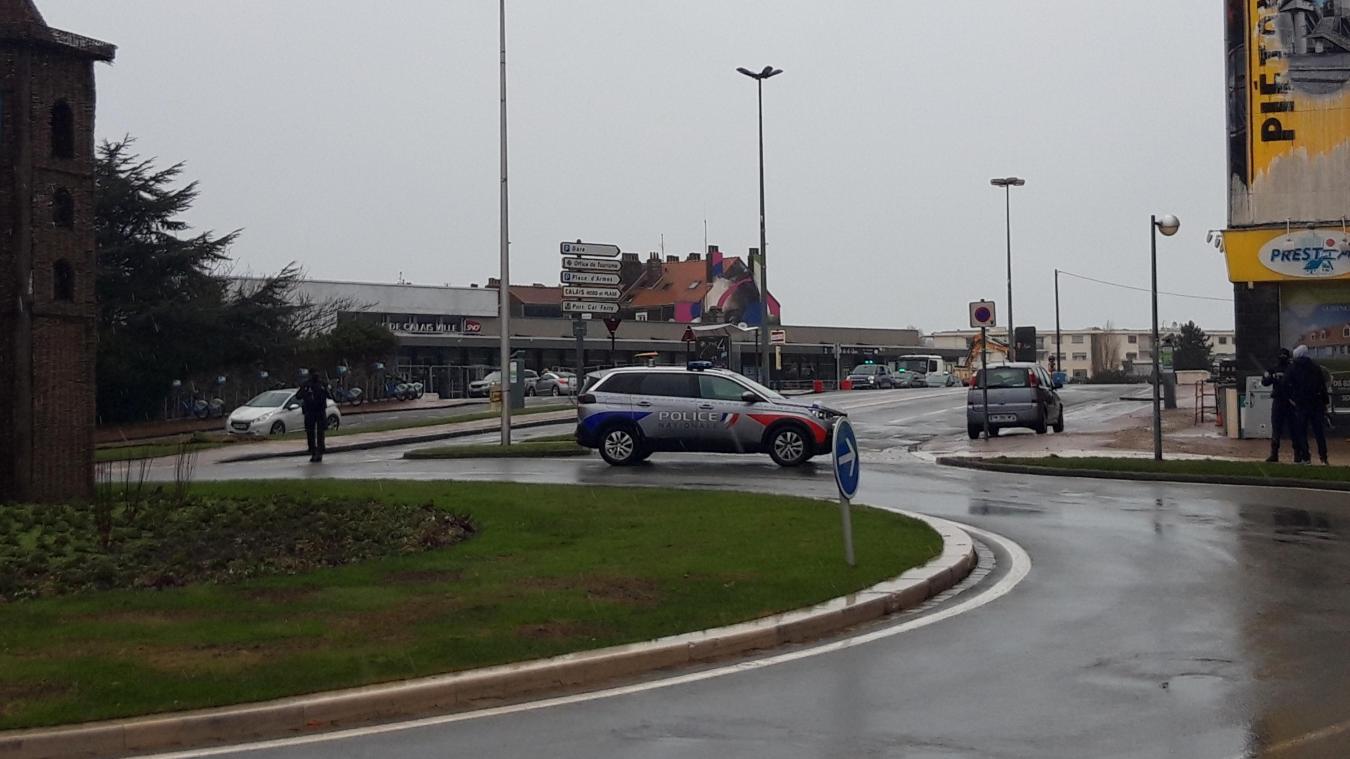 La police barre l'accès aux abords de la gare le temps que le doute au sujet du colis soit levé.
