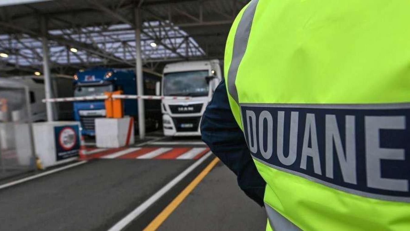 En fouillant dans son téléphone, les douaniers ont trouvé des numéros dont les propriétaires ont déjà été impliqués dans des trafics d'êtres humains.