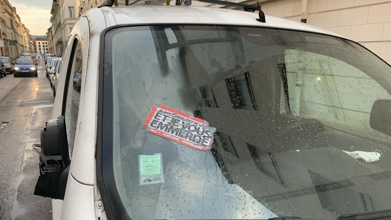 Le hashtag #GCUM, pour Garé comme une merde, prend de l'ampleur sur Twitter. L'idée est de provoquer une prise de conscience chez les automobilistes à coups d'autocollants.