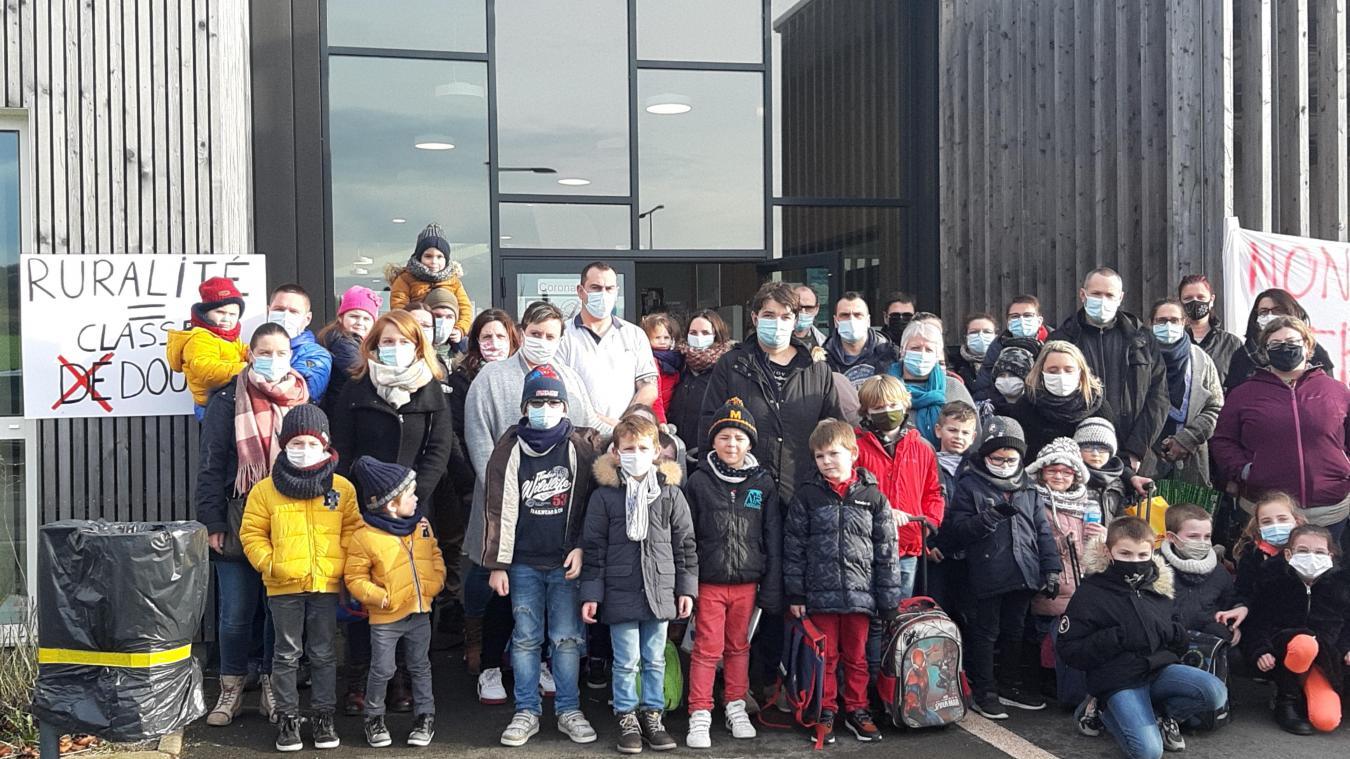 Dennebrœucq : les parents manifestent contre la fermeture d'une classe (vidéo)