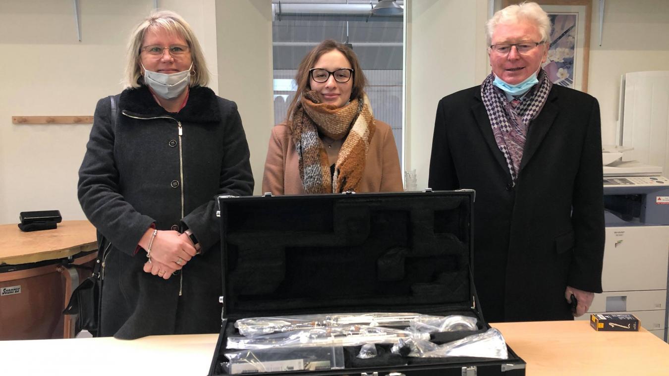 Amandine Sansen a reçu une clarinette basse de la part du conseil départemental.