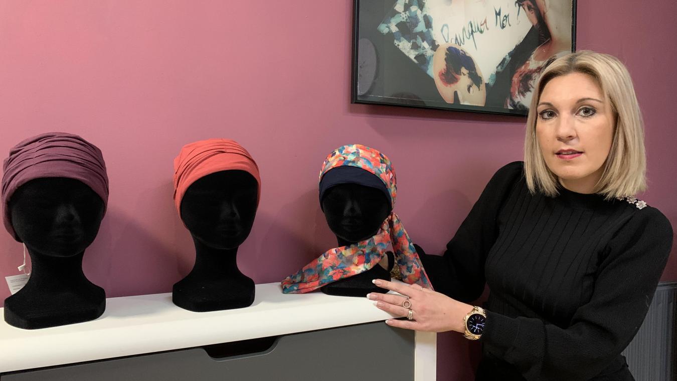 Avec l'aide d'une modéliste, Hélène Wasselin a créé cinq foulards vraiment stylés.