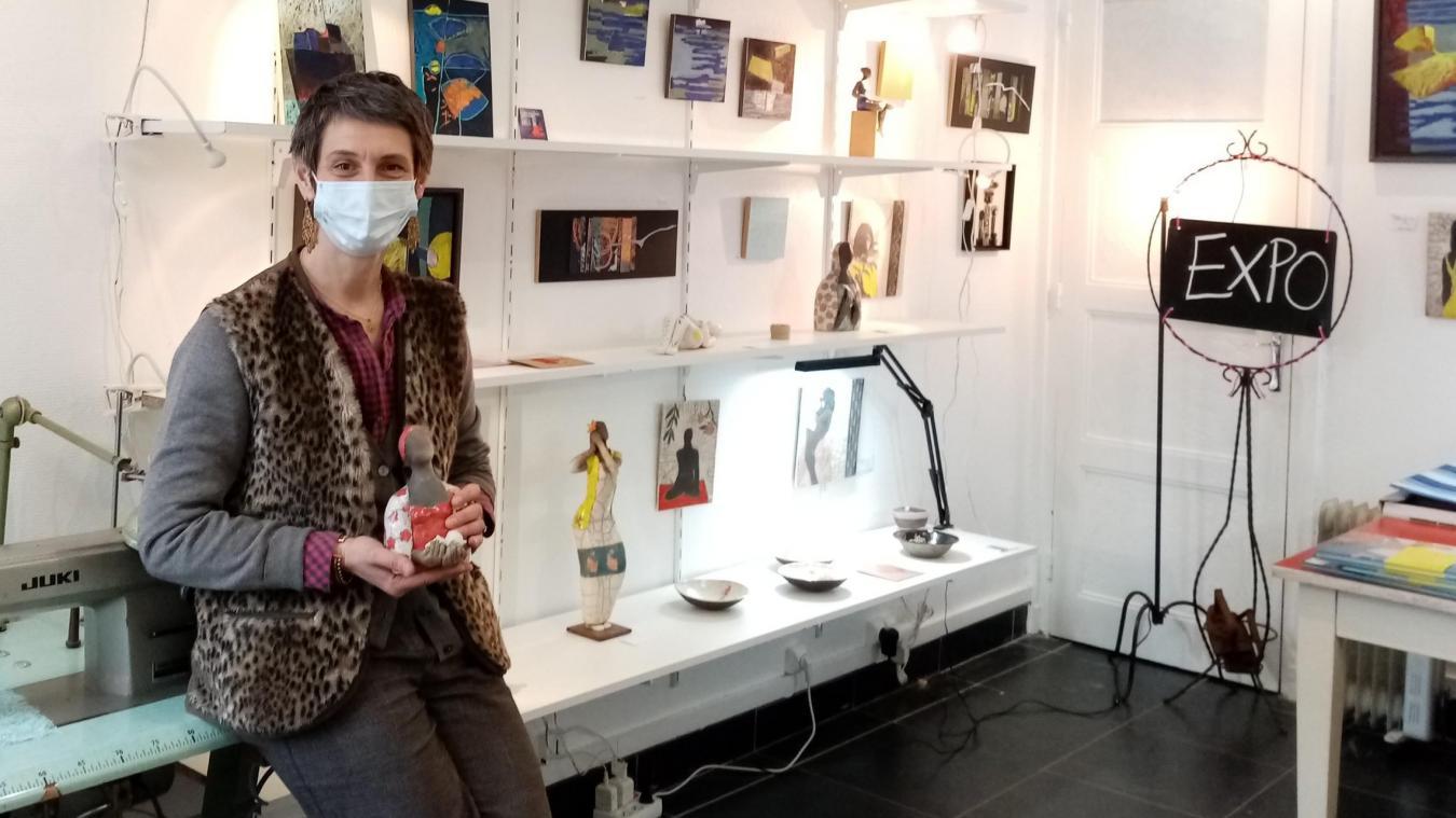Valérie Maguin alias Vanouchkaïa a cessé son activité d'artisan d'art de fabrication d'accessoires en dentelle de Calais pour se consacrer à la création de ses tableaux textiles et à la réinvention de son lieu de travail en mini-galerie.