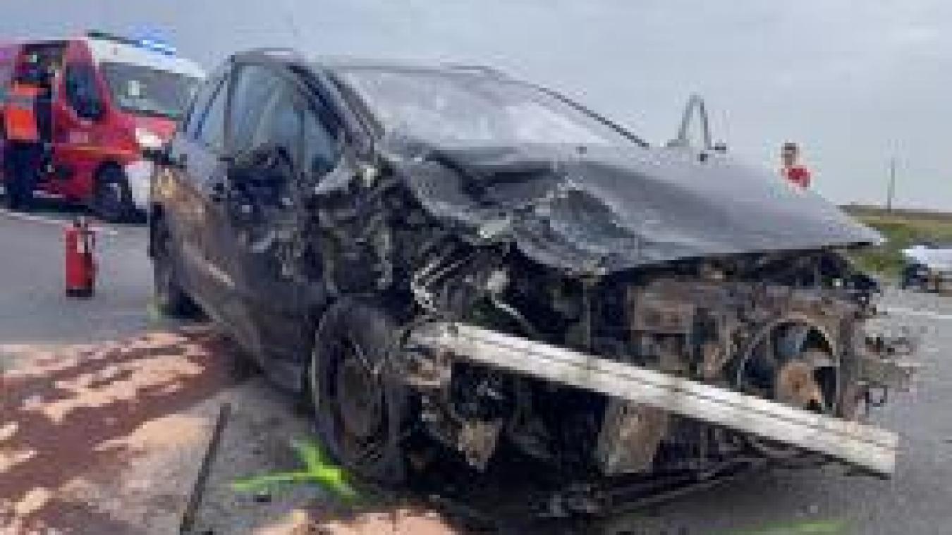Le choc entre les deux voitures a été violent.