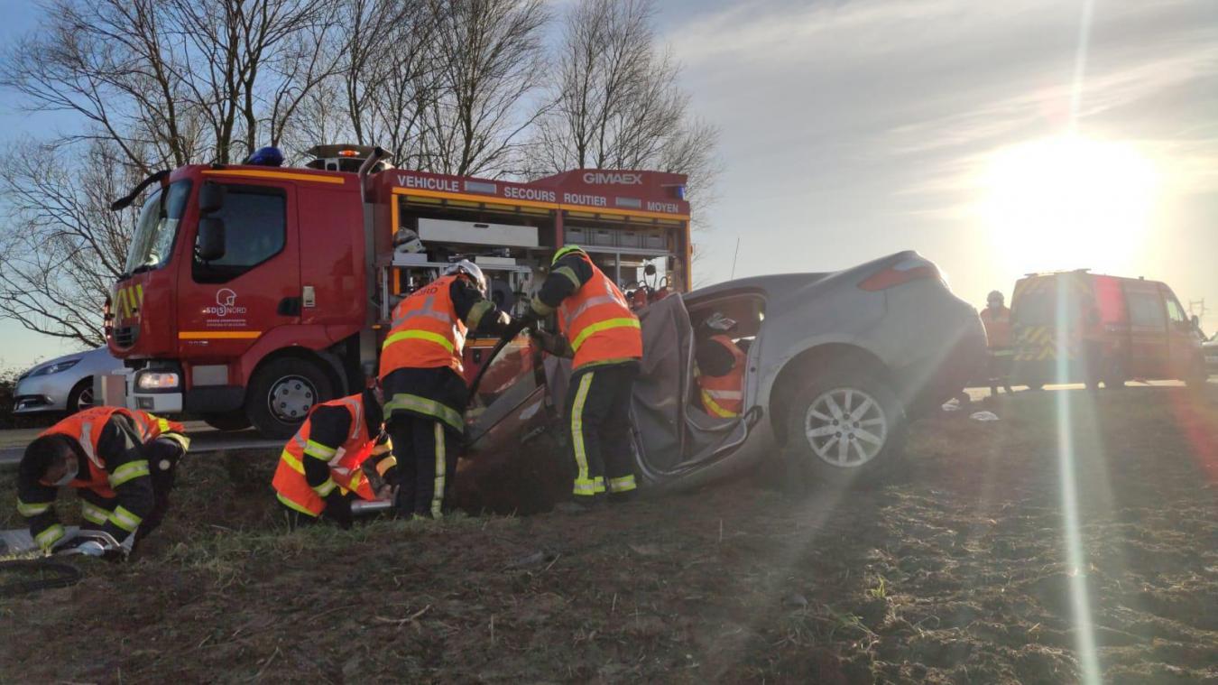 Un véhicule a terminé au fossé ce mardi 23 février peu avant 17h sur la D161 à Hondeghem. (©Sdis59)