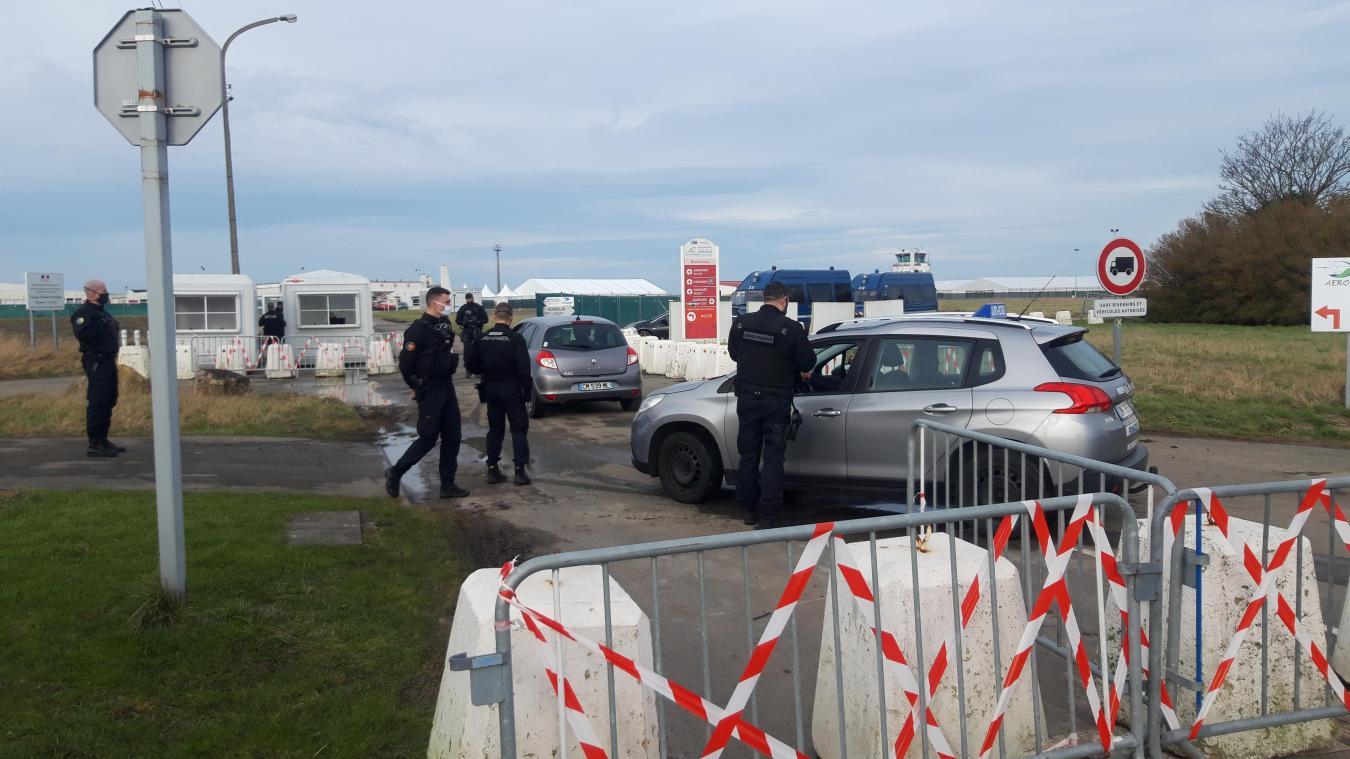 Pour l'instant, les seuls uniformes visibles, ce sont ceux des gendarmes français...