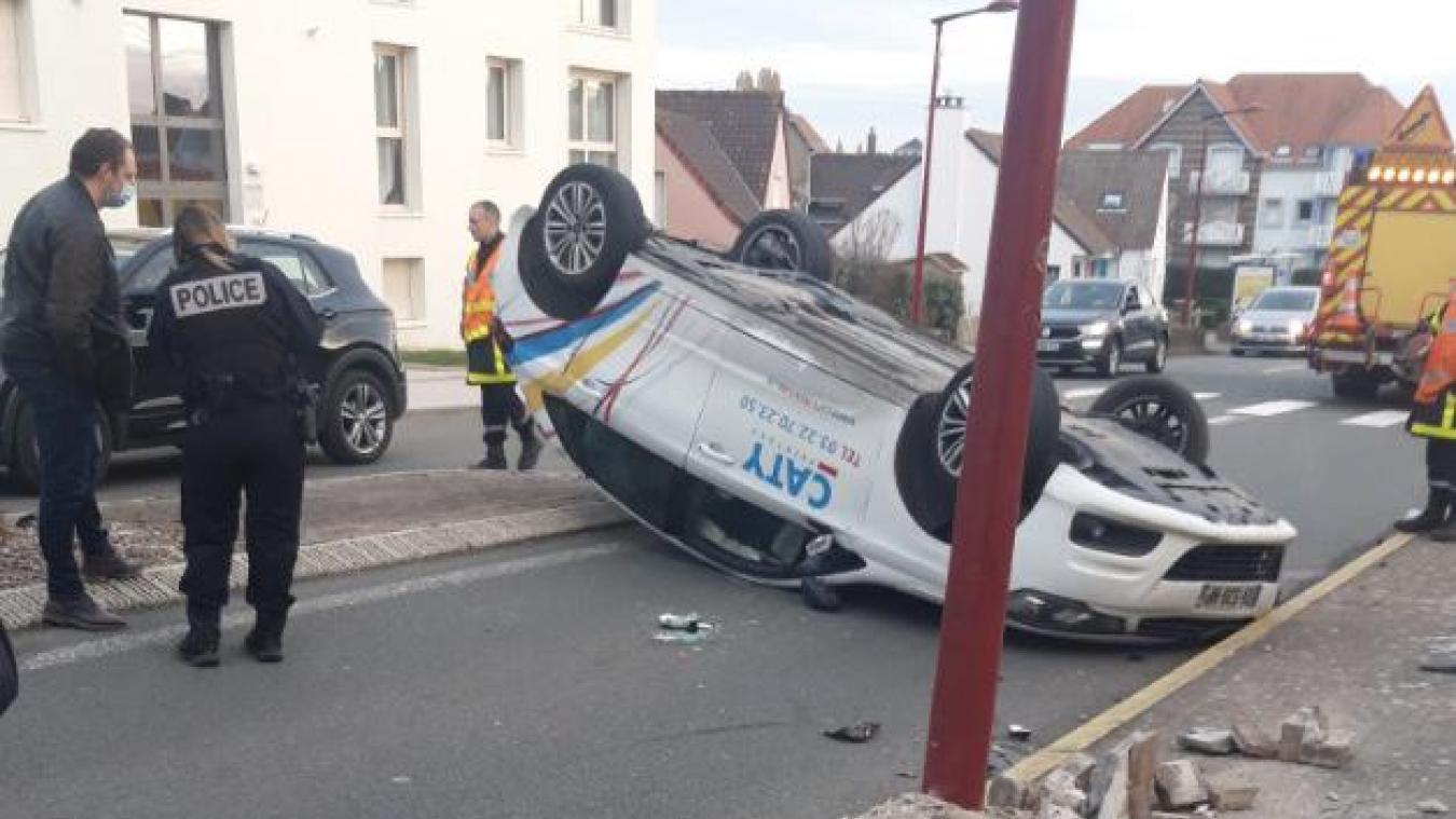 Wimereux: une voiture percute un pylône et se retrouve sur le toit rue Carnot