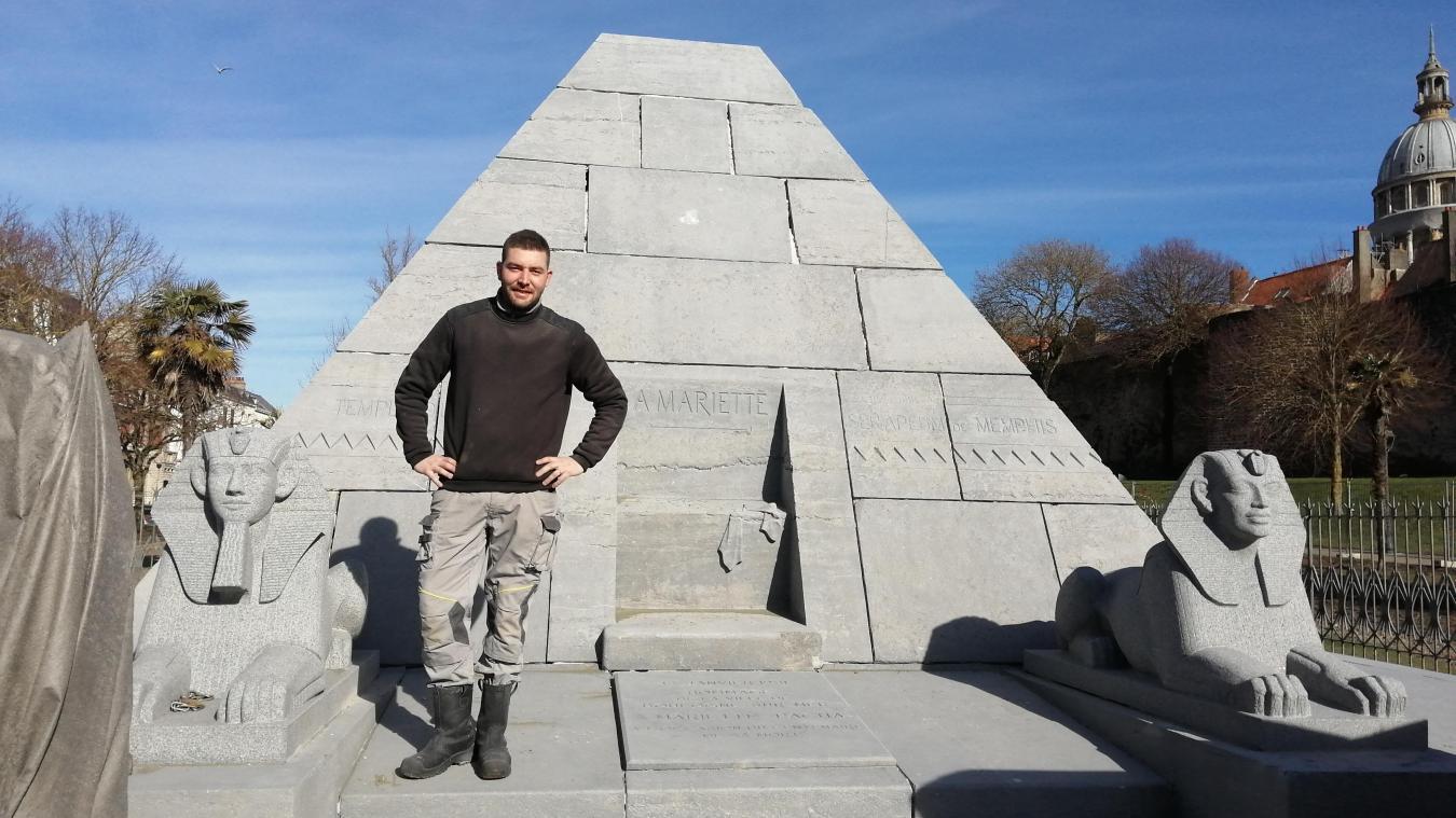 Morgan Plouvin a travaillé deux jours pour redonner à la pyramide sa couleur d'origine.
