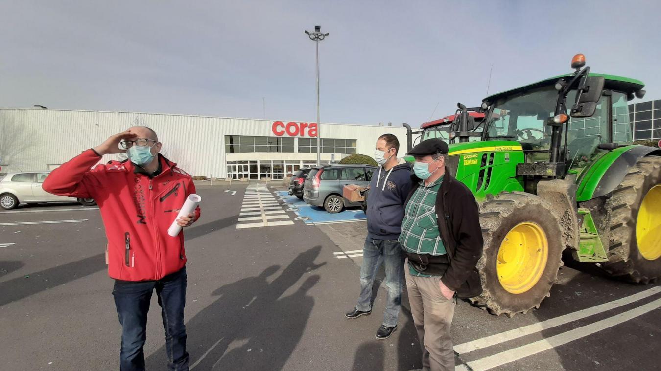 [En accès libre] Bruay-la-Buissière : contre la baisse des prix de vente, des agriculteurs manifestent devant Cora