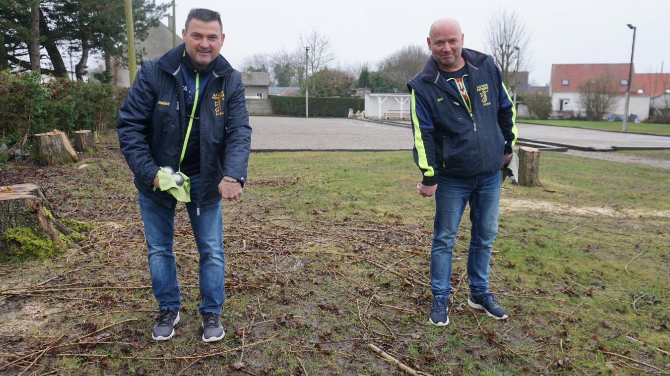 Jérôme Guilbert, président, et Eric Petit, trésorier, sur le futur agrandissement du terrain.
