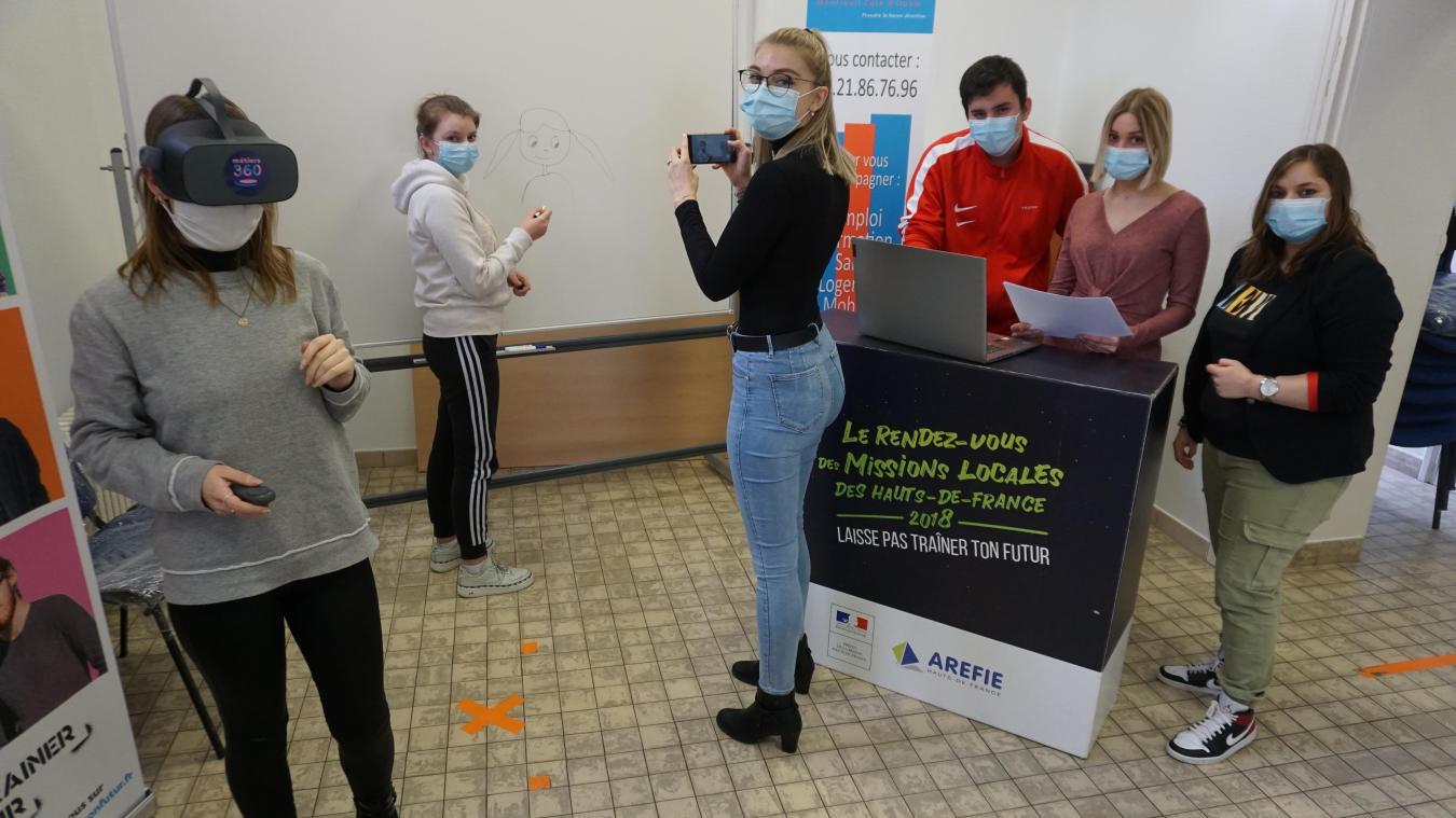 Les jeunes de la brigade numérique en action, dans les locaux de la Mission locale à Montreuil-sur-Mer.