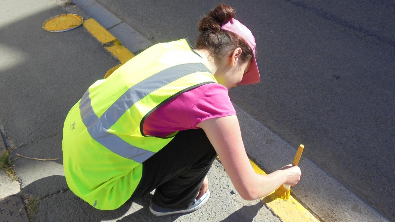 En 2016, Louise repeignait les bordures des trottoirs dans le cadre des jobs proposés par la Ville.