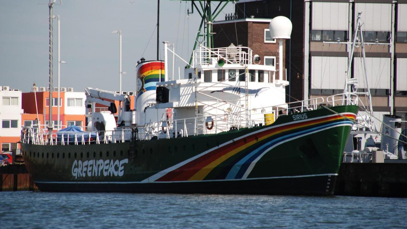 L'ONG Greenpeace, à bord du navire Esperanza, jette des rochers à la mer pour border une aire protégée de la mer du Nord située entre les eaux françaises et britanniques.