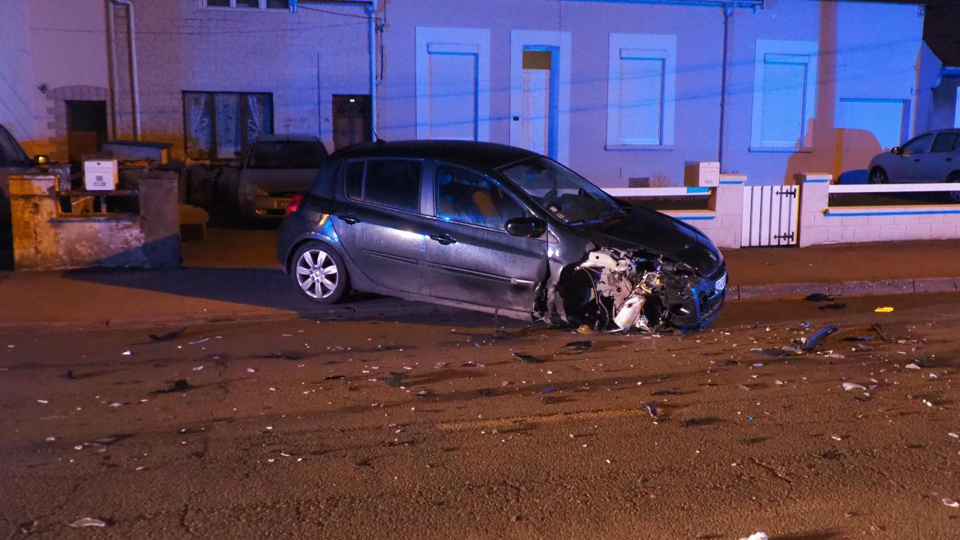 Cette voiture était stationnée le long du trottoir lorsqu'elle a été percutée par un second véhicule.
