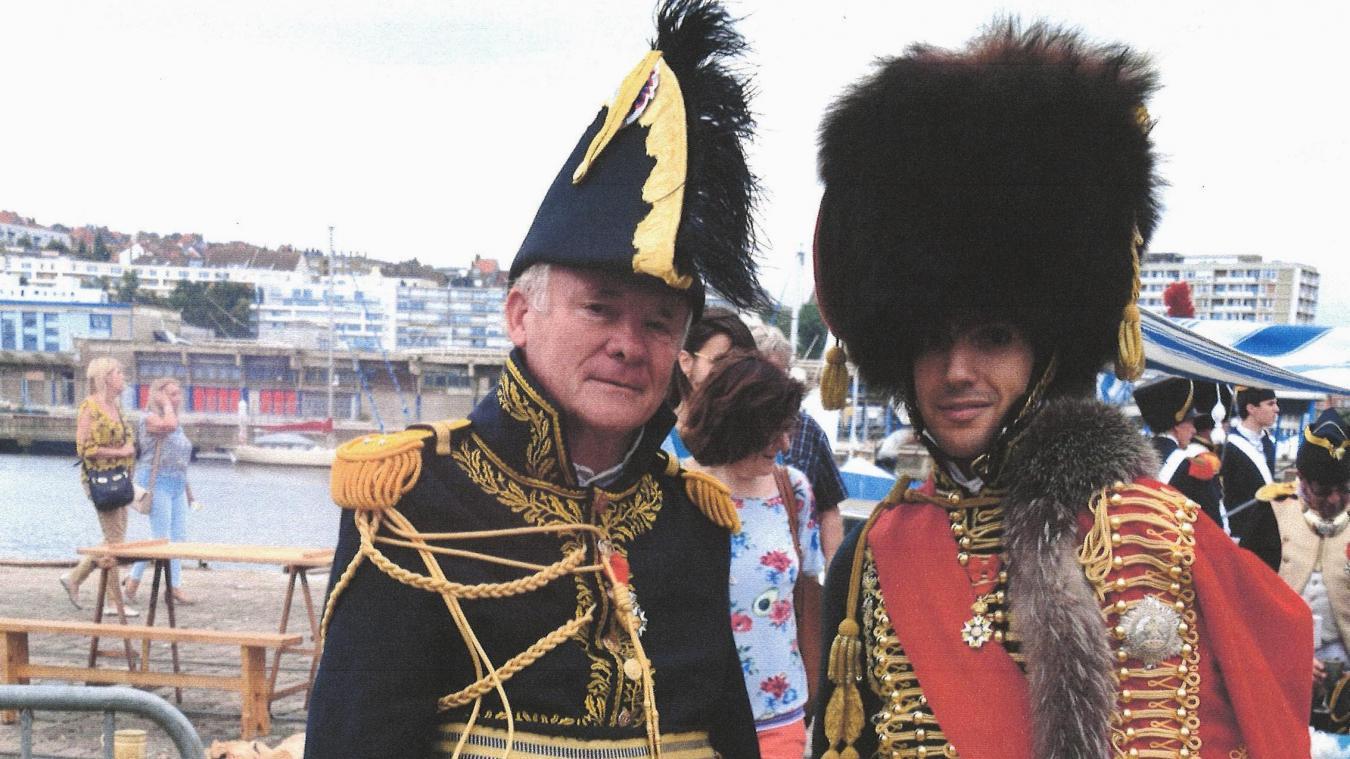 Hervé (à gauche) à Boulogne-sur-Mer, sur le quai Napoléon (sic), qui revêt l'uniforme du général Bertrand dont il a écrit la biographie.