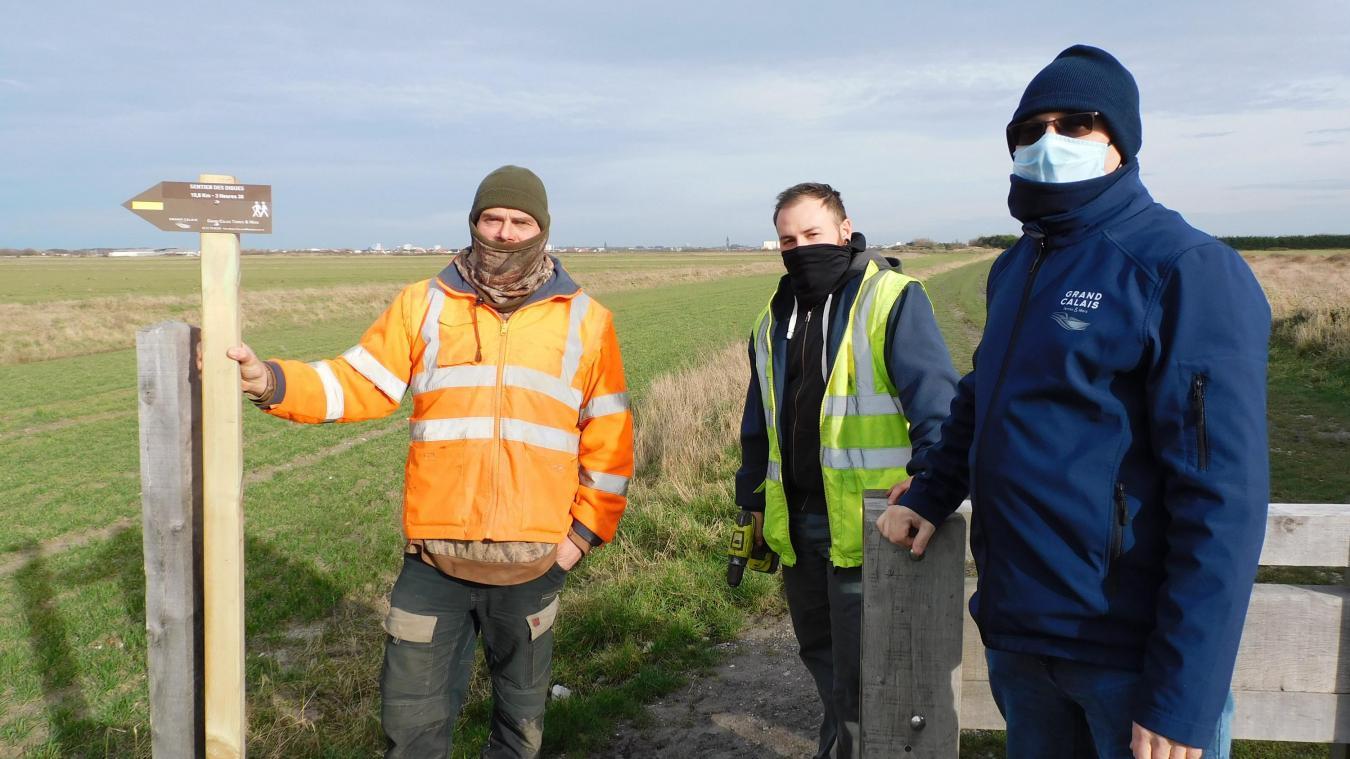 Le chargé de mission, l'encadrant technique et Samuel ont procédé à l'installation sur le sentier des Digues.