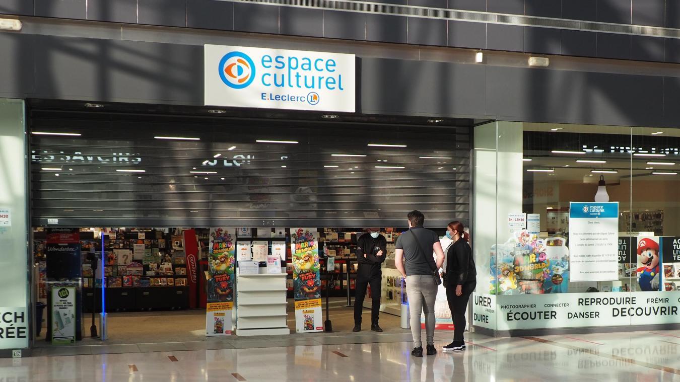 Des clients se sont présentés devant le magasin ce lundi 1er mars.