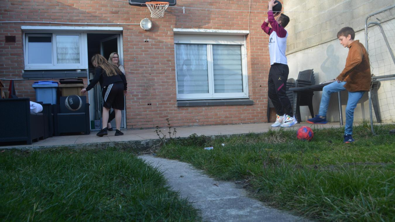 Privés de basket et de football dans leurs clubs, Emy, Ugo et Tom (de gauche à droite) se contentent de leur jardin coudekerquois, sous les yeux de leur mère, Laëtitia.