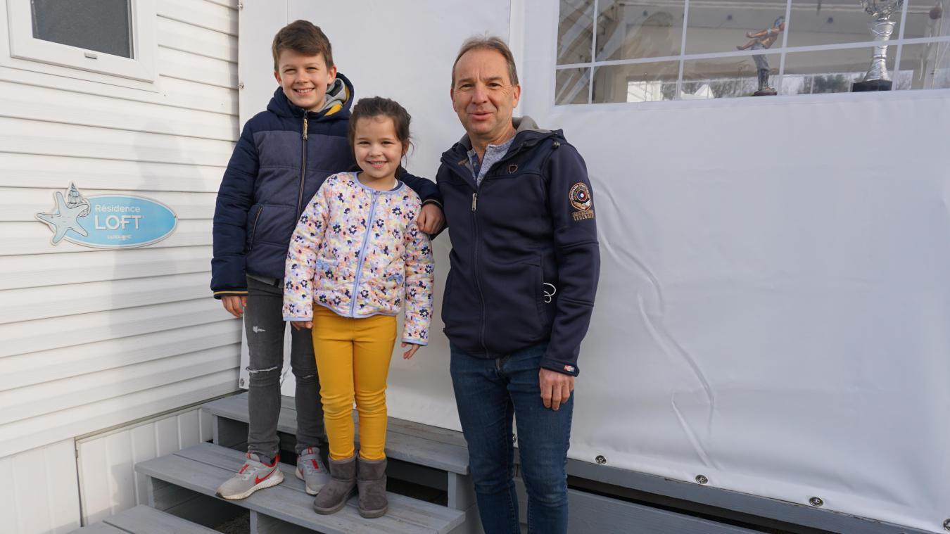 Arthur, Agathe et leur grand-père Joël avant de partir au centre équestre en vélo!