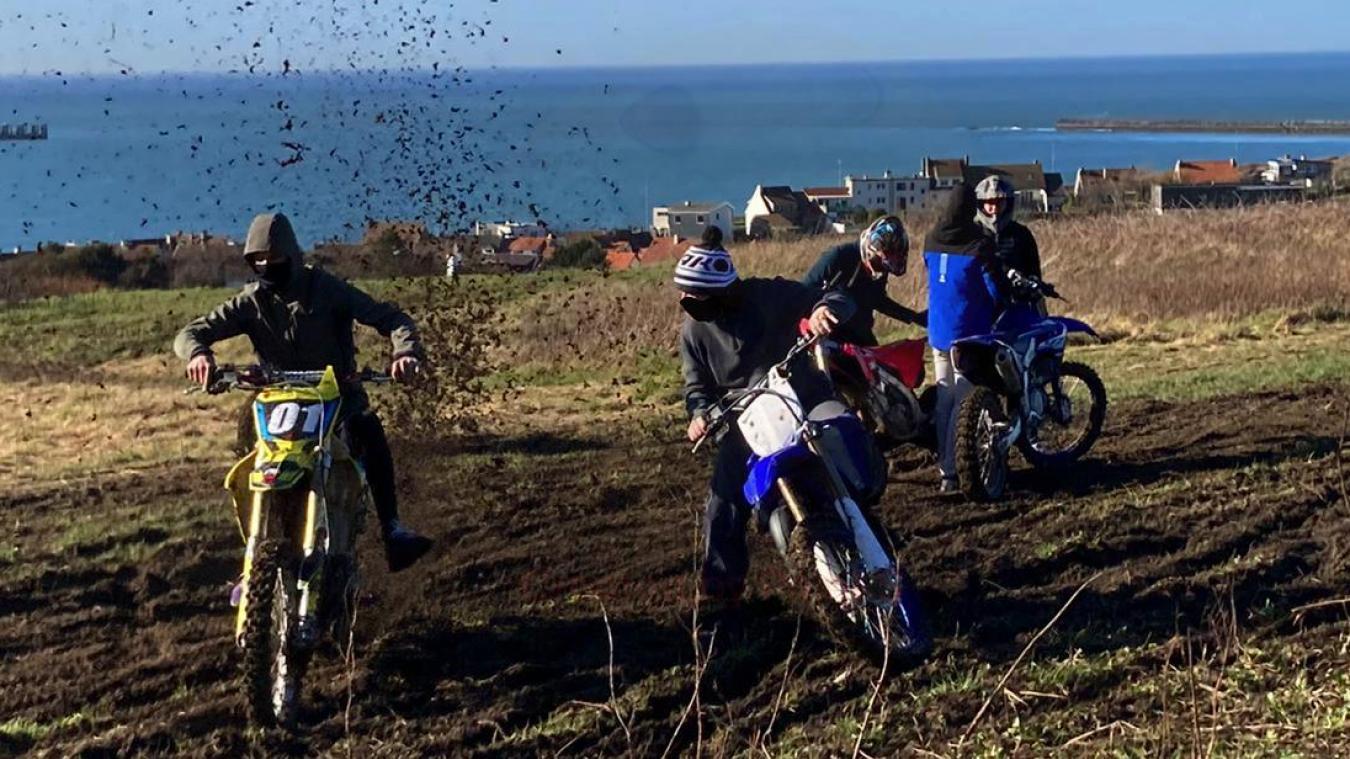 Dans les hauteurs de Boulogne, piloter en moto dans la terre demeure un jeu d'enfant.