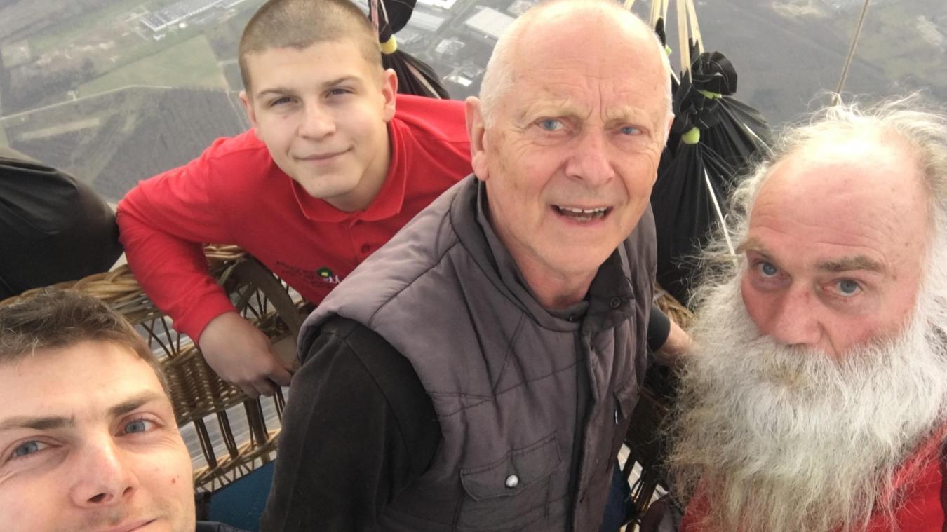 Hervé Moine, père et fils, à bord de leur ballon à gaz, accompagnés de deux amis.