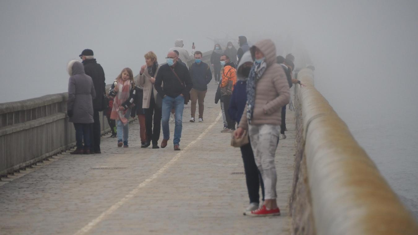 De nombreux Calaisiens se sont rendus à la jetée ce mercredi.