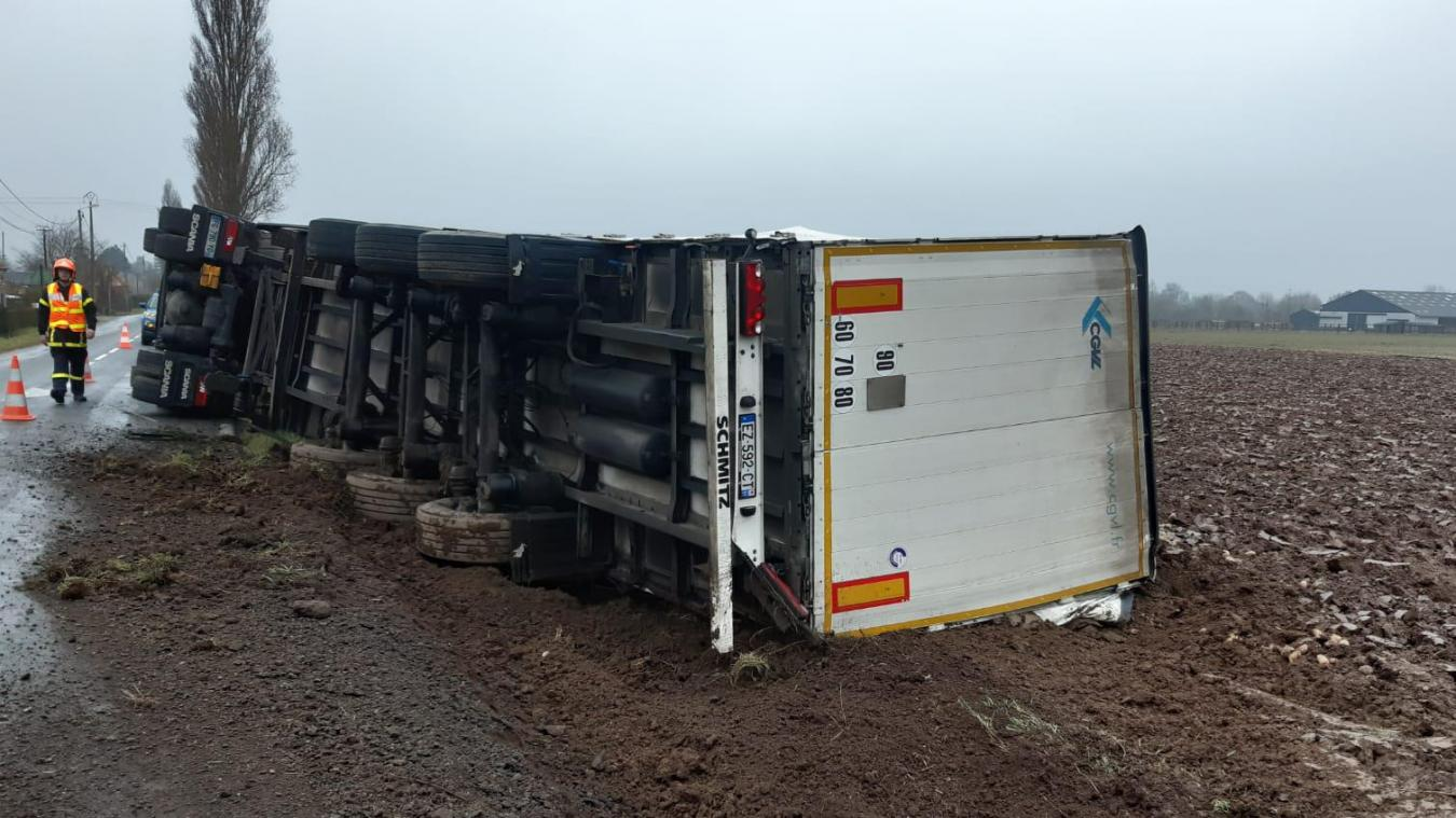 Polincove : un camion se couche et renverse des tonnes de patates dans un champ (vidéo)