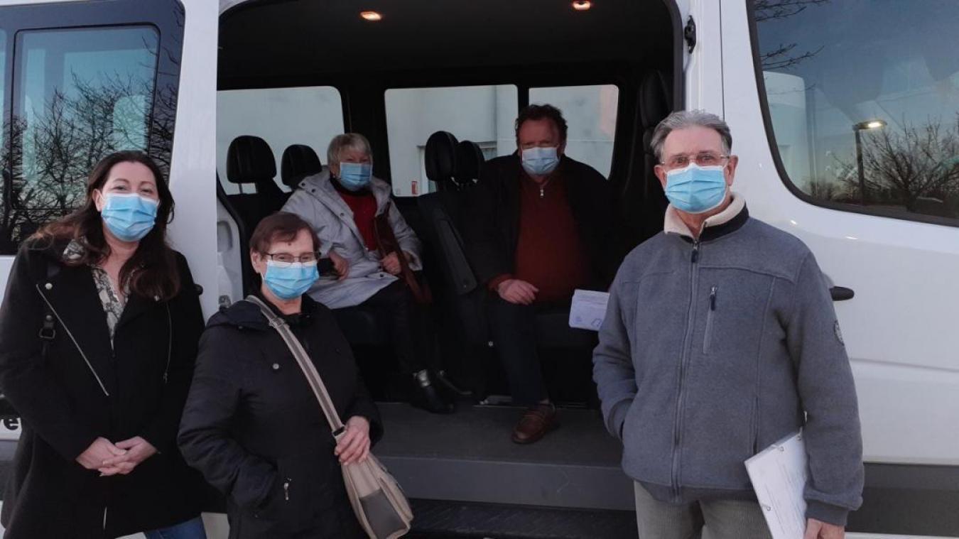 Par petits groupes de quatre, les aînés de la commune sont emmenés jusqu'au centre de vaccination de la Clinique de Flandre.