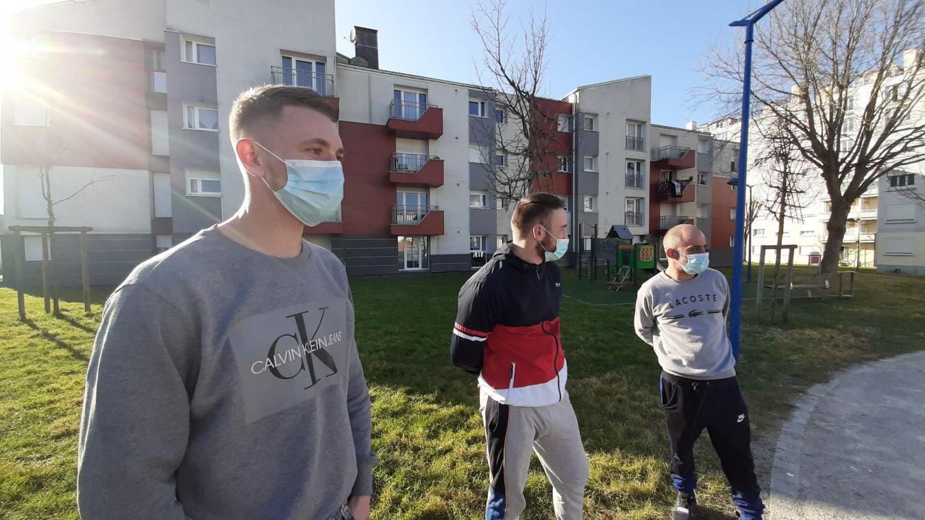 Dylan, Raphaël et Anthony discutent du manque de jeux pour les enfants. Hormis le toboggan, visible sur la photo, il manque de jeux pour les jeunes.