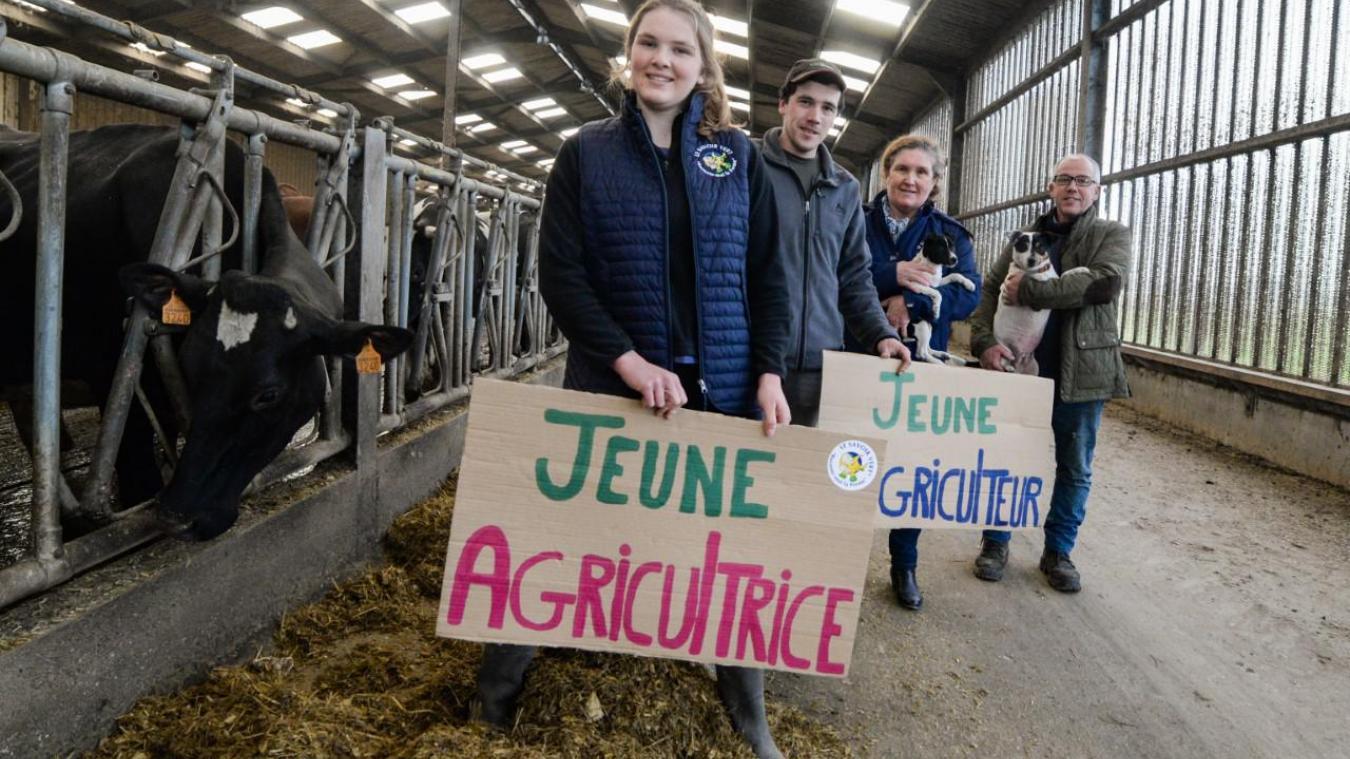 Constance, Adrien, Stéphanie et Raphaël Delamaere à côté de leurs vaches laitières. A la ferme Petit Cohu, la relève est assurée.