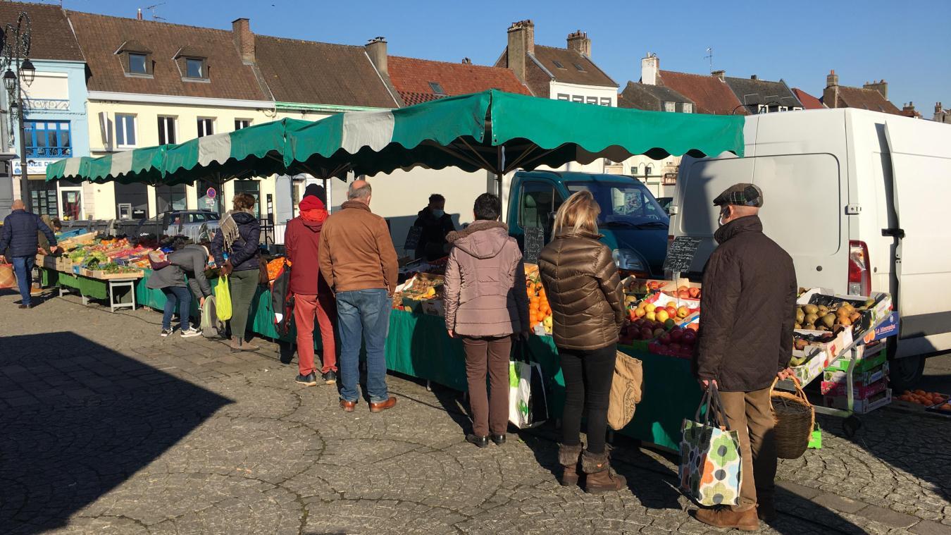 Ce samedi matin, les Montreuillois font la queue devant ce commerce de fruits et légumes