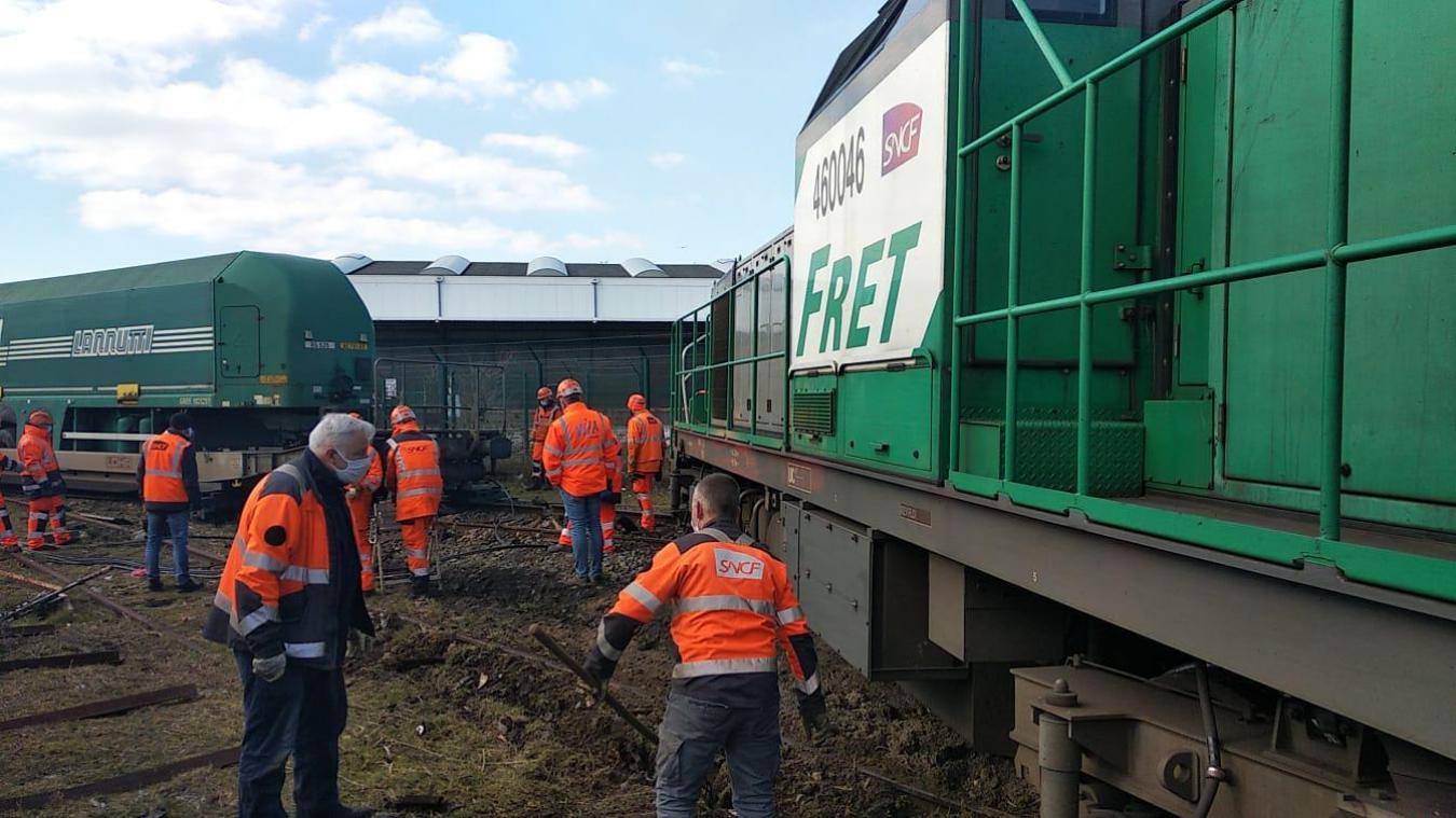 Calais: un train de fret déraille, l'opération de relevage a commencé (Photos et vidéos)