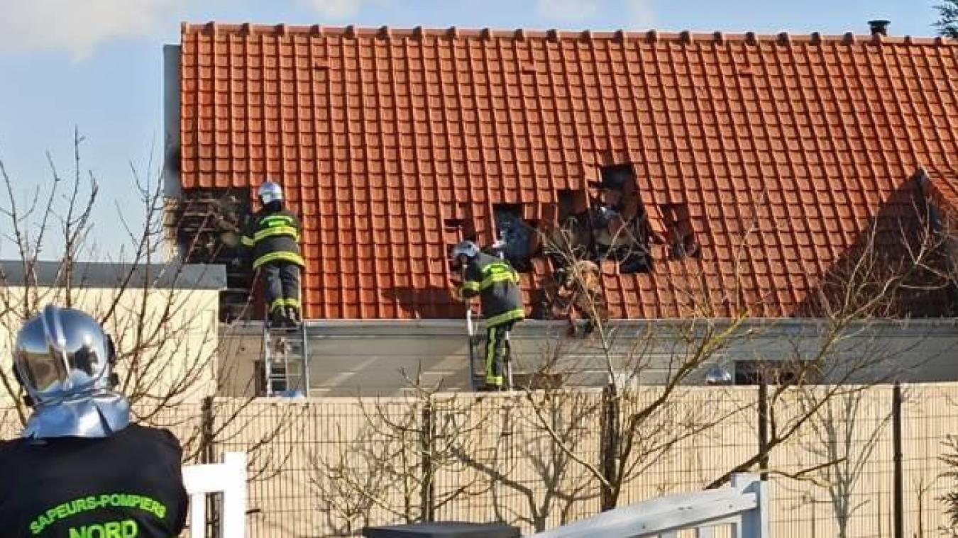 Les sapeurs-pompiers commençaient à dégarnir la toiture pour atteindre l'incendie.