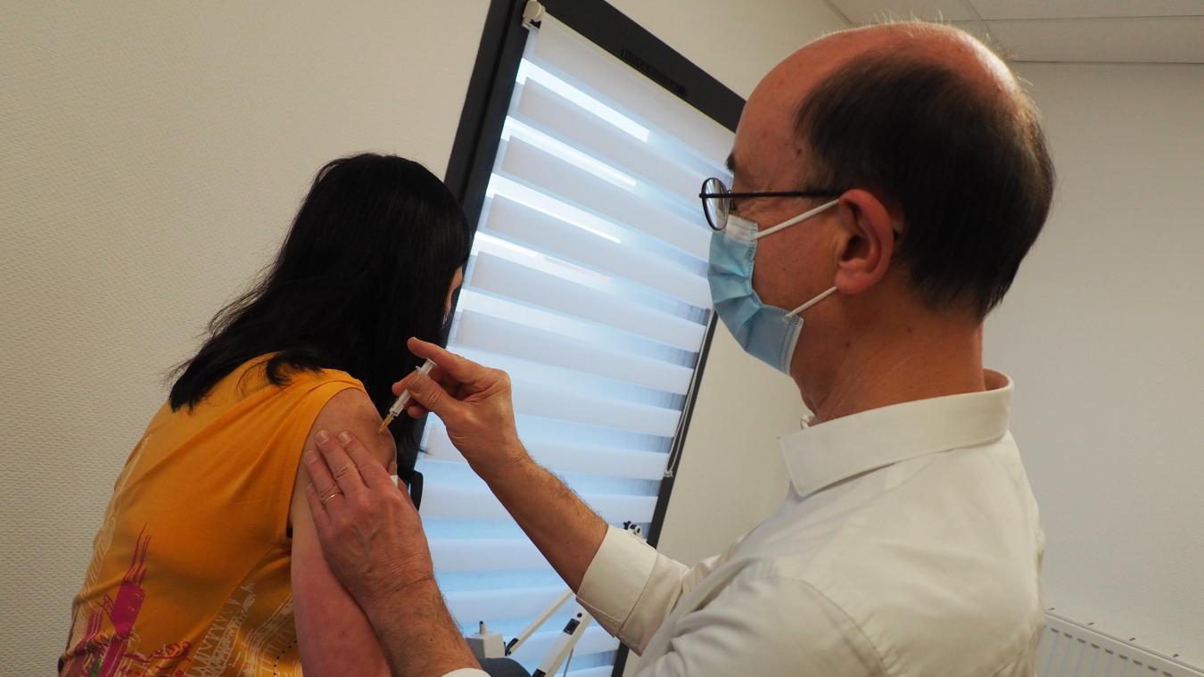 «Même vaccinées, les personnes doivent continuer de porter le masque», rappelle le médecin généraliste.