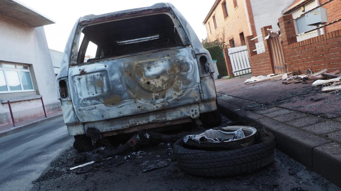 Une voiture incendiée rue Pascal à Calais (photos)