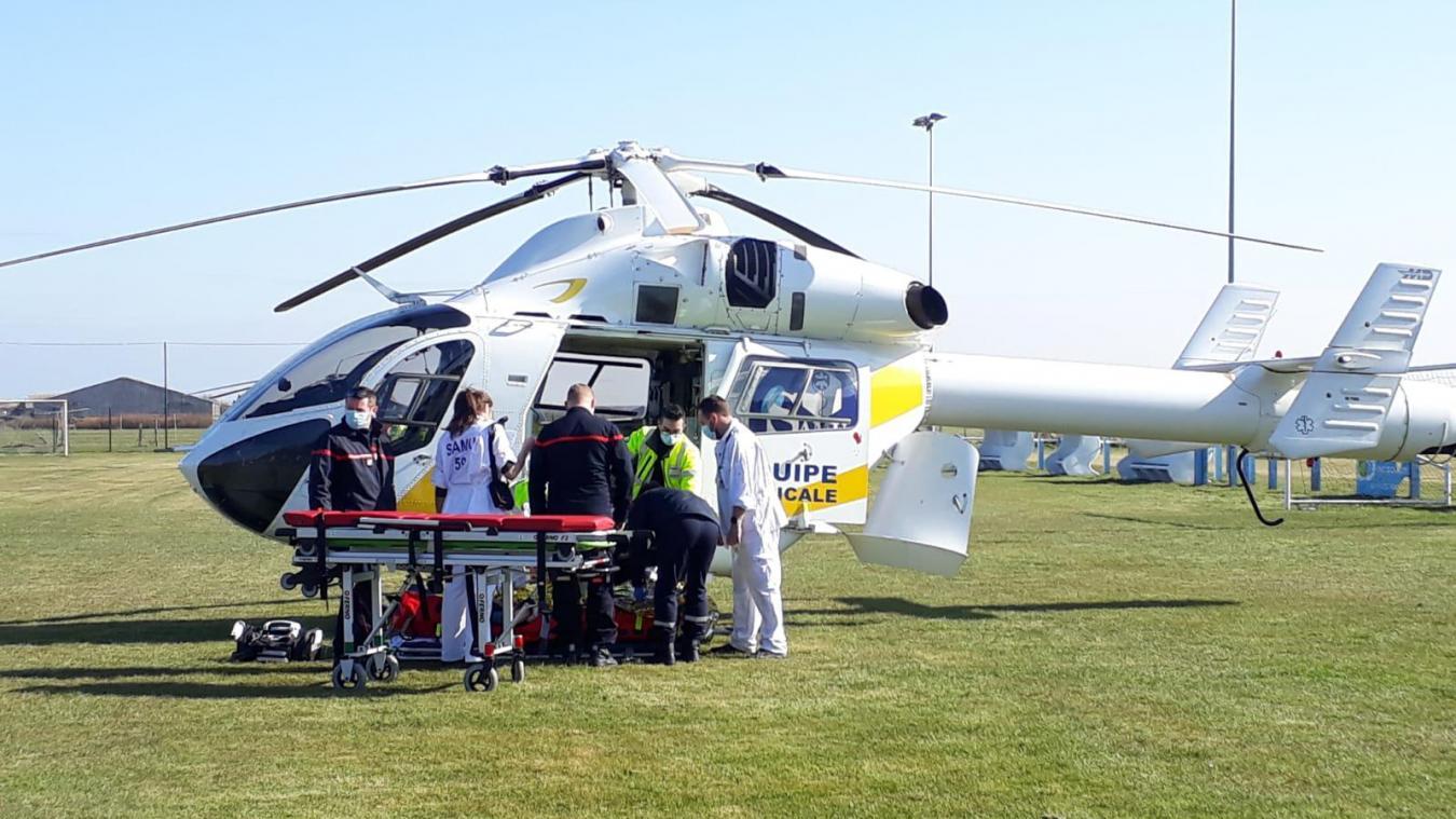 Un hélicoptère du Smur et le Dauphin de la Marine nationale se sont posés sur la pelouse du stade de Sangatte ce mardi 9 mars.