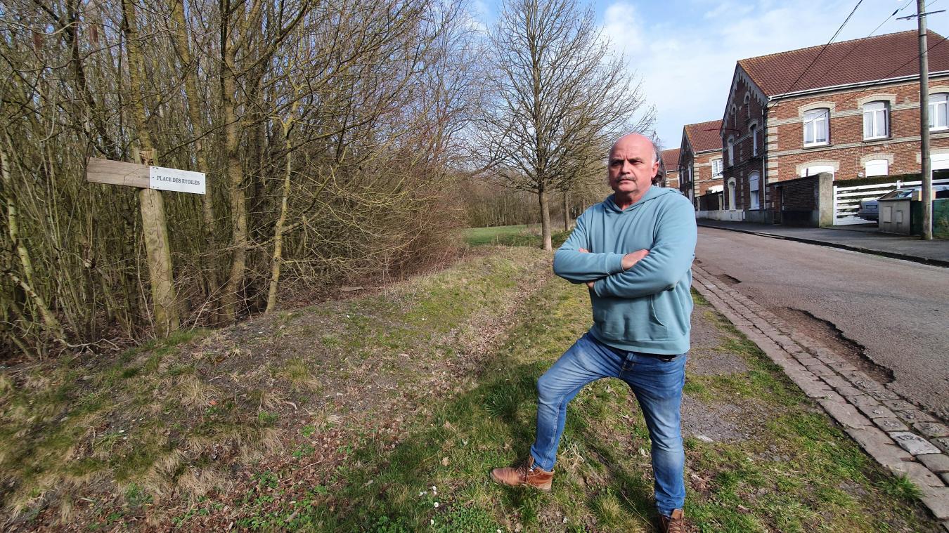 Jacques Kmieciak face à la place des Étoiles qui était le lieu central de ce quartier polonais de Divion. Aujourd'hui, presque tout a été détruit.