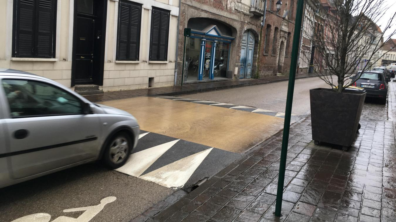 La ville d'Aire-sur-la-Lys, son centre historique, compte un ralentisseur à chaque intersection.