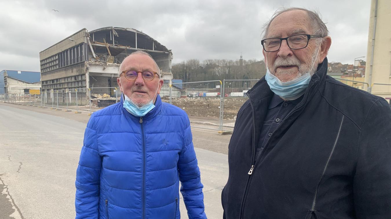 Joseph Wimille (à droite), accompagné par son ami Elie Coffin, également ancien ouvrier de l'usine Crown Emballage, a commencé à travailler dans ce qui était à l'époque la BMI (Boîte Métallique Illustrée), rue Saint-Vincent-de-Paul, bâtiment aujourd'hui en cours de démolition.