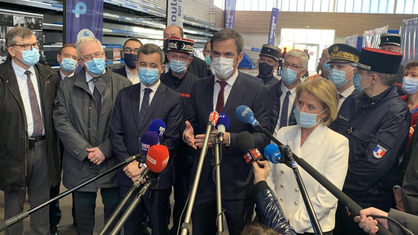 En compagnie de Gérald Darmanin et Brigitte Bourguignon, le ministre de la Santé Olivier Véran a visité le vaccinodrome de Boulogne-sur-Mer dimanche 7 mars.