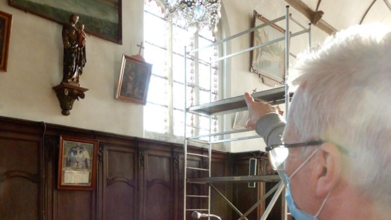 Le maire, Stéphane Colaert, montrant la partie du vitrail de l'église, en cours de rénovation