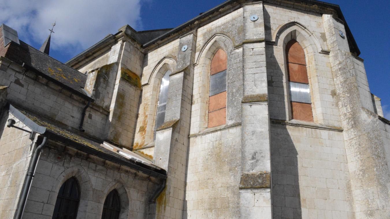 Les vitraux, partis en restauration début février, ont été remplacés par des plaques pour évite