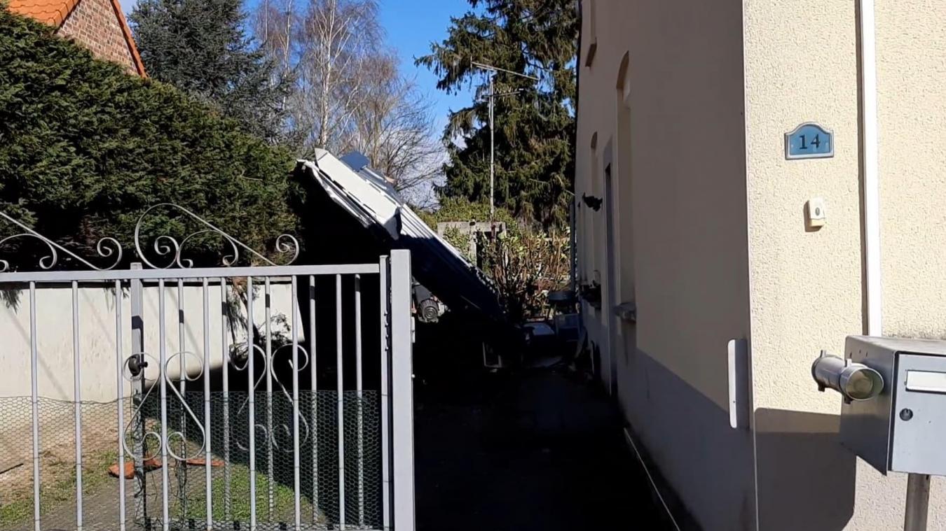 Jeudi 11 mars, en raison des vents forts, une toiture s'est envolée, rue Edouard-Vaillant à Beuvry.