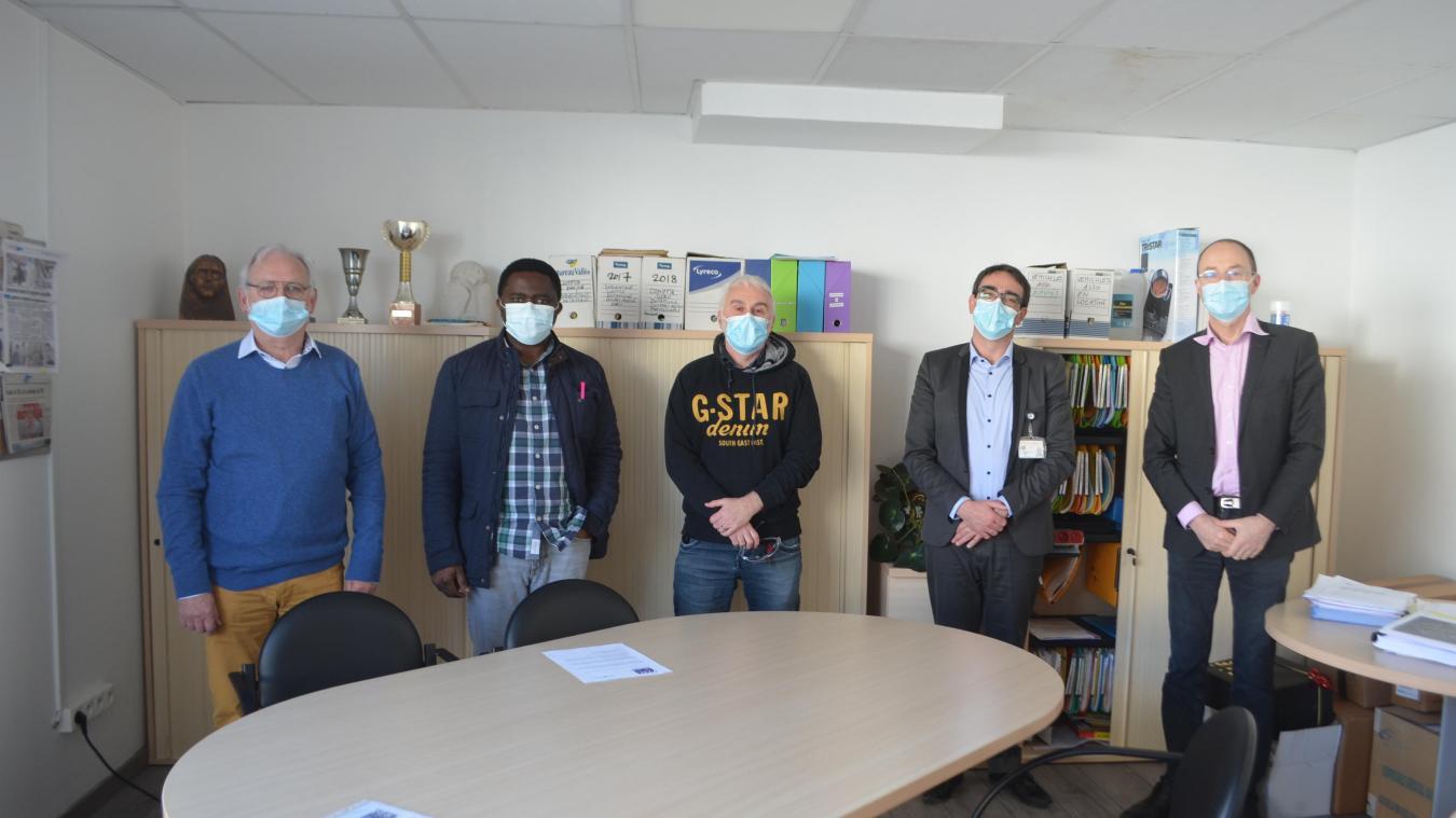La convention a été signée ce jeudi 11 mars au siège du FIAC par le directeur Philippe Caron (à droite) et son homologue de l'Hôpital Maritime, Yann Tanguy (deuxième à partir de la droite).