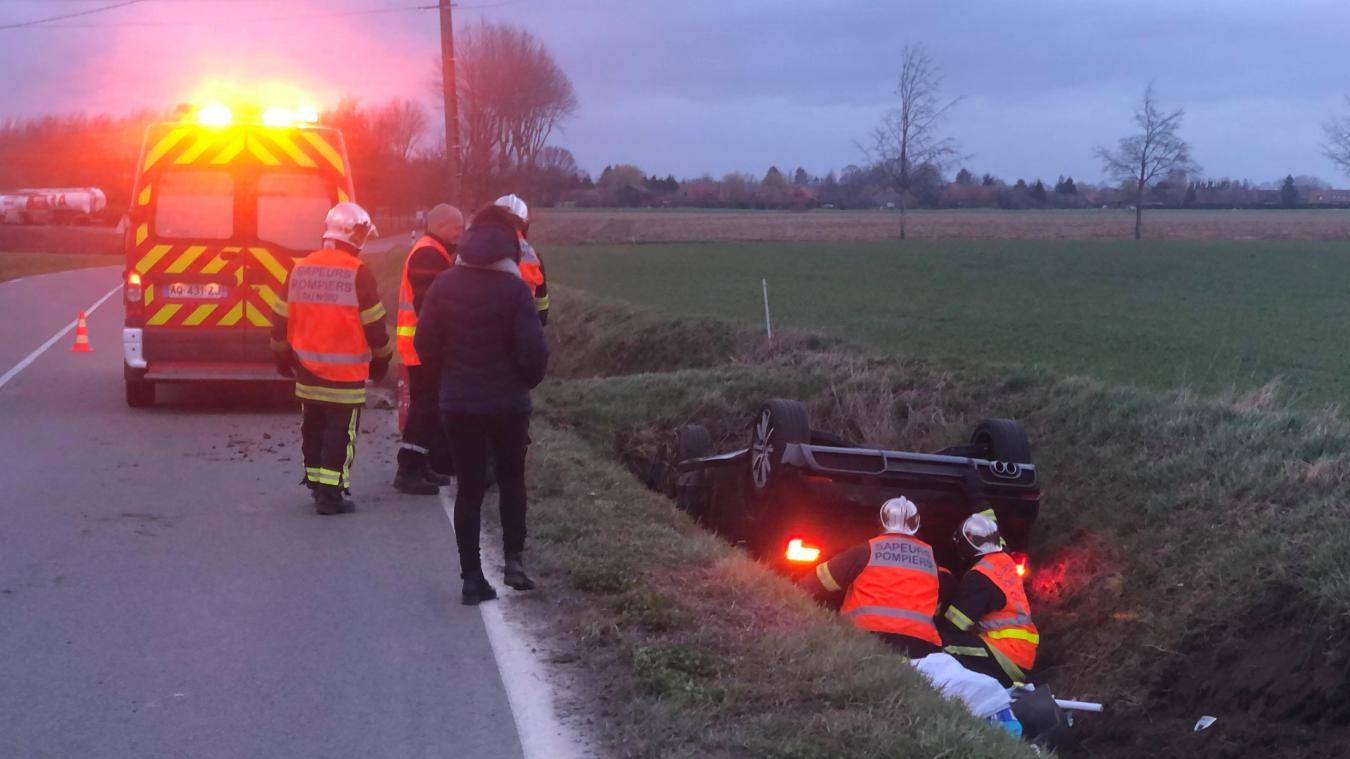 Les pompiers d'Estaires et de Merville doivent désincarcérer une automobiliste.