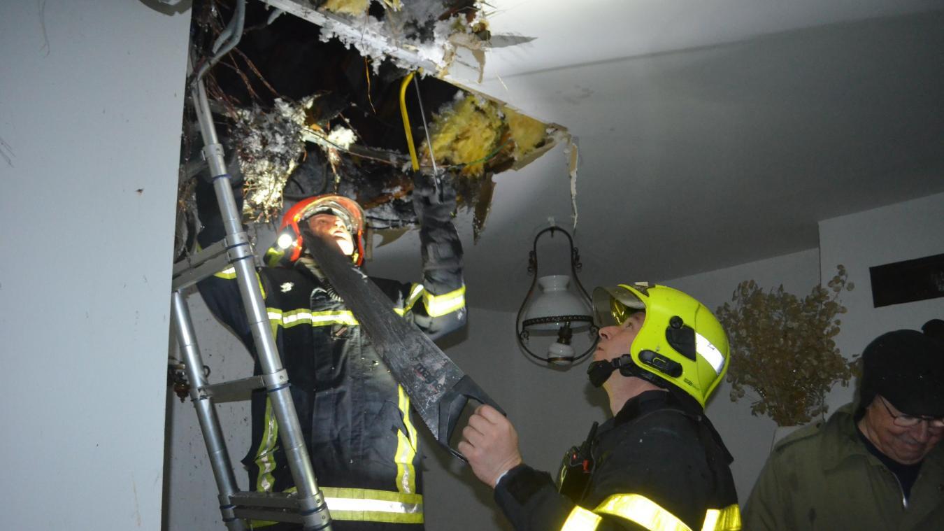 Les pompiers s'assurent que le feu est totalement maîtrisé.
