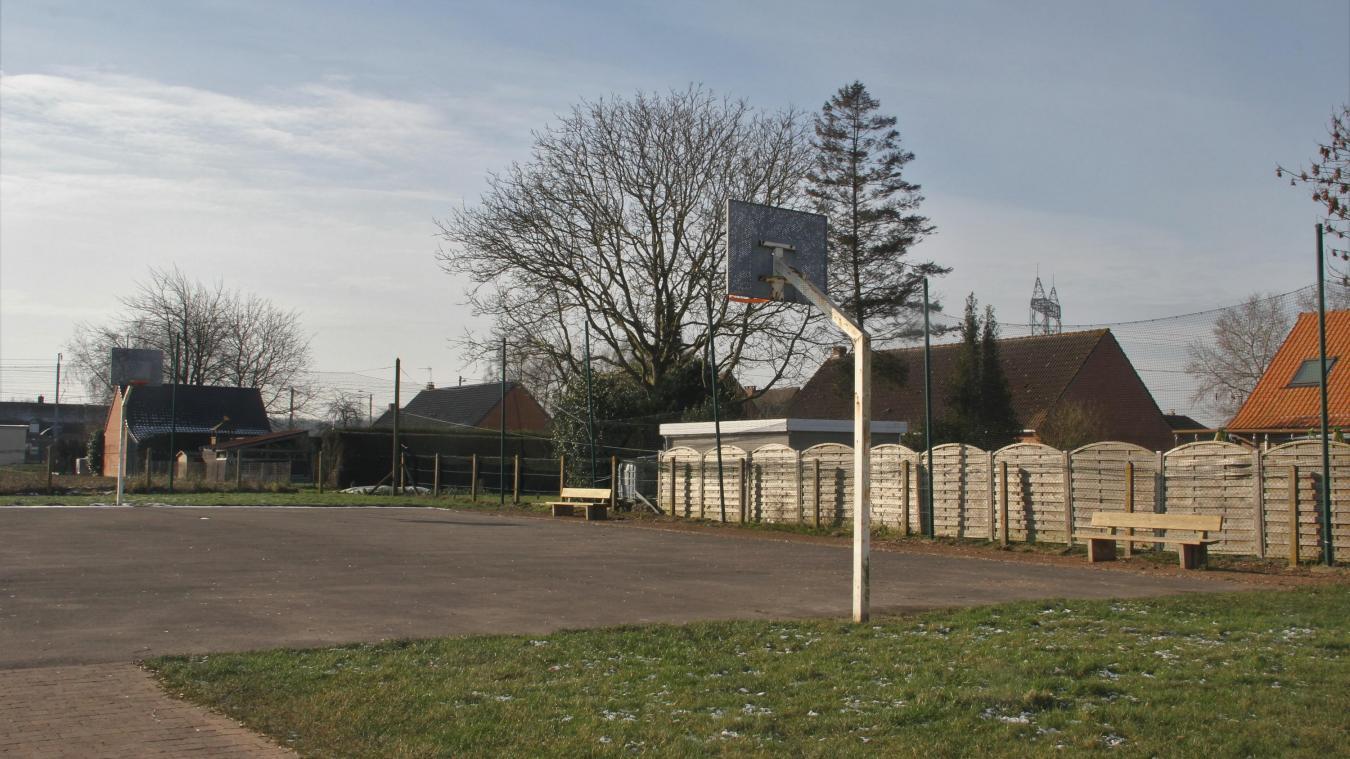 Réfection du sol avec nouveaux marquages pour l'espace dédié au sport et deux tables de pique-nique complèteront les équipements de la zone de sport et de loisirs.