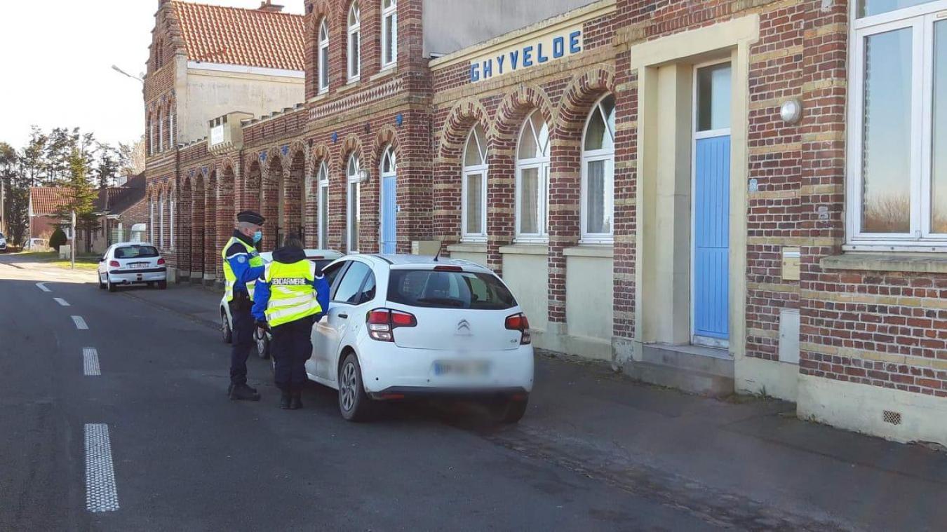 Samedi matin, tous les automobilistes contrôlés route de Furnes, à Ghyvelde, avaient leur attestation de déplacement.