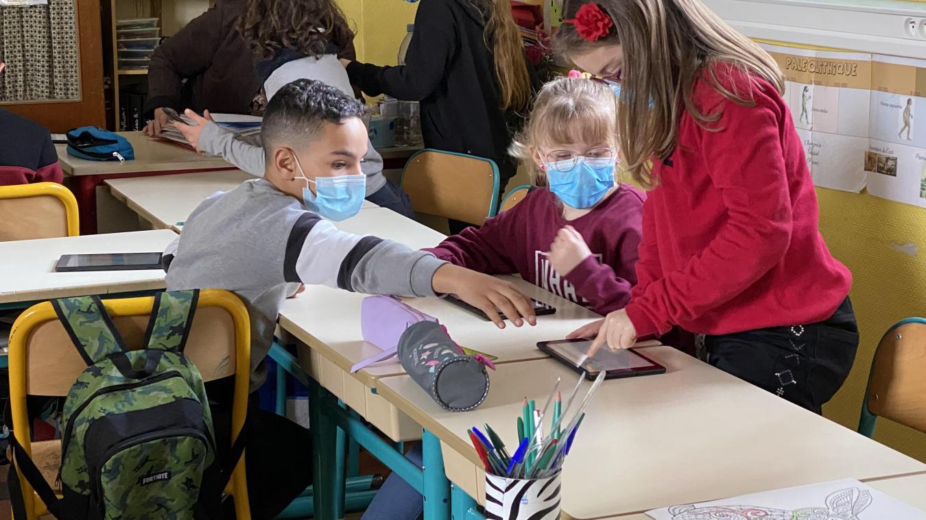 Les enfants se sont aidés pour venir à bout de l'exercice virtuel.